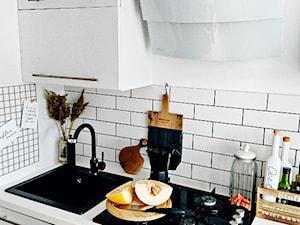 Projekt kuchni w kolorze białym od Skoorki