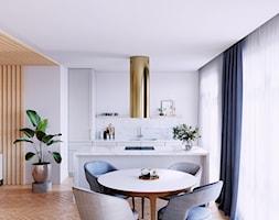 Nowoczesna kuchnia otwarta na salon ze złotym okapem - zdjęcie od GLOBALO.PL - Ciche i wydajne okapy kuchenne - Homebook