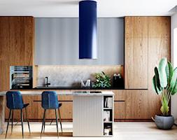Kuchnia w drewnie i bieli z niebieskimi elementami - zdjęcie od GLOBALO.PL - Ciche i wydajne okapy kuchenne - Homebook