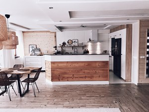 Projekt wnętrza kuchennego w kolorze białym z okapem Nidaro White