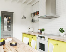 Kuchnia w stylu vintage z okapem kuchennym Nomina Sensor - zdjęcie od GLOBALO.pl