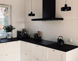 Czarno-biała kuchnia z okapem przyściennym Verta 90.1 - zdjęcie od GLOBALO.PL - Ciche i wydajne okapy kuchenne - Homebook