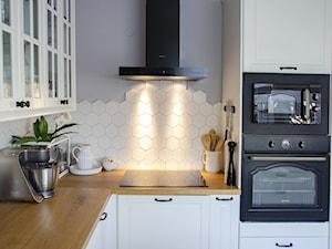 Klasyczna czarno-biała kuchnia z okapem Verta 60.1 Black