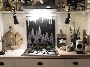 Projekt białej klasycznej kuchni z okapem Nomina 60 w kolorze inox