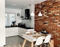 Kuchnia otwarta na salon z cegłą na ścianie - zdjęcie od GLOBALO.PL - Ciche i wydajne okapy kuchenne - Homebook