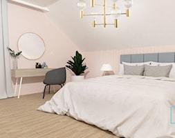 Błękit w pełni -sielsko i Skandynawsko - Średnia beżowa biała sypialnia małżeńska na poddaszu, styl skandynawski - zdjęcie od MdoKwadratu