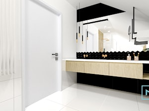 Błękit w pełni -sielsko i Skandynawsko - Duża biała czarna łazienka na poddaszu w bloku w domu jednorodzinnym, styl skandynawski - zdjęcie od MdoKwadratu