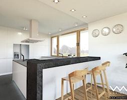projekt wnętrz domu   Warszawa - Duża biała kuchnia w kształcie litery g w aneksie z wyspą z oknem, styl nowoczesny - zdjęcie od WMA Design - Homebook