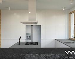projekt wnętrz domu   Warszawa - Duża otwarta biała kuchnia w kształcie litery g z wyspą z oknem, styl nowoczesny - zdjęcie od WMA Design - Homebook