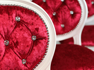 Stylowy hoker z pikowanym oparciem zdobionym kryształami