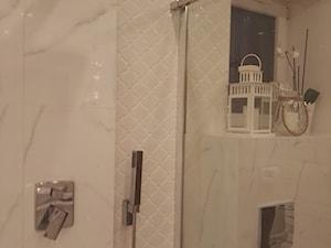 Łazienka płytki cararra - Mała biała łazienka na poddaszu w bloku w domu jednorodzinnym z oknem, styl klasyczny - zdjęcie od Latre DESIGN