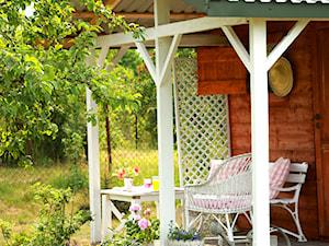 Działka - Średni ogród przed domem zadaszony przedłużeniem dachu - zdjęcie od Joanna Bryk - My little white home