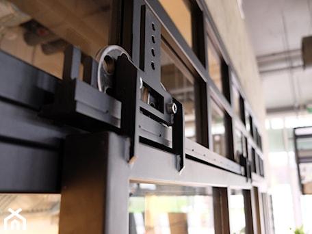 Aranżacje wnętrz - Wnętrza publiczne: Szklane drzwi przesuwne - Icon Concept. Przeglądaj, dodawaj i zapisuj najlepsze zdjęcia, pomysły i inspiracje designerskie. W bazie mamy już prawie milion fotografii!