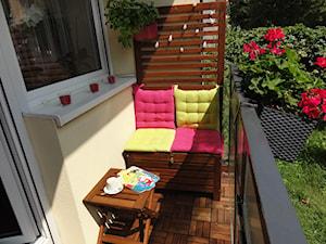 Blokowa aranżacja balkonu na parterze z wyjściem do ogródka... - Mały taras z przodu domu z tyłu domu, styl glamour - zdjęcie od Moniqqque