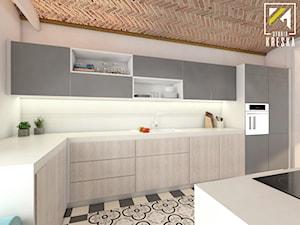 Projekt aranżacji wnętrz domu parterowego w Gostyniu pod Głogowem - Duża zamknięta szara kuchnia w kształcie litery l z wyspą z oknem - zdjęcie od kreska.studio