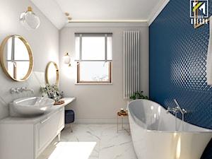 Niebieski dom w Smardzowie - Średnia biała niebieska łazienka jako salon kąpielowy z oknem, styl klasyczny - zdjęcie od kreska.studio