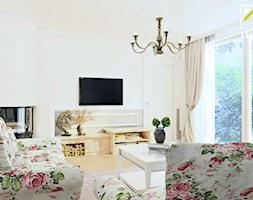 Projekt aranżacji wnętrz domu parterowego w Głogowie - Średni biały salon, styl klasyczny - zdjęcie od kreska.studio