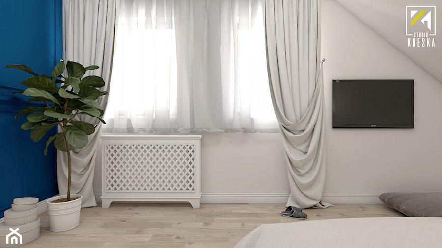 Aranżacje wnętrz - Sypialnia: Niebieski dom w Smardzowie - Średnia biała niebieska sypialnia małżeńska na poddaszu, styl klasyczny - kreska.studio. Przeglądaj, dodawaj i zapisuj najlepsze zdjęcia, pomysły i inspiracje designerskie. W bazie mamy już prawie milion fotografii!