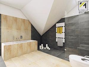 Aranżacja wnętrz domu w Kościanie - Duża biała beżowa czarna łazienka na poddaszu w domu jednorodzinnym, styl nowoczesny - zdjęcie od kreska.studio