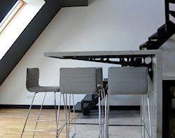 Nowoczesny dwupoziomowe mieszkanie w Głogowie - Mała otwarta czarna szara jadalnia w kuchni, styl nowoczesny - zdjęcie od kreska.studio
