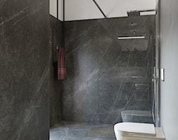 Willa pod Głogowem - Mała czarna szara łazienka w bloku w domu jednorodzinnym z oknem - zdjęcie od kreska.studio