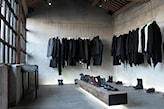 industrialna garderoba, betonowa podłoga, betonowe ściany
