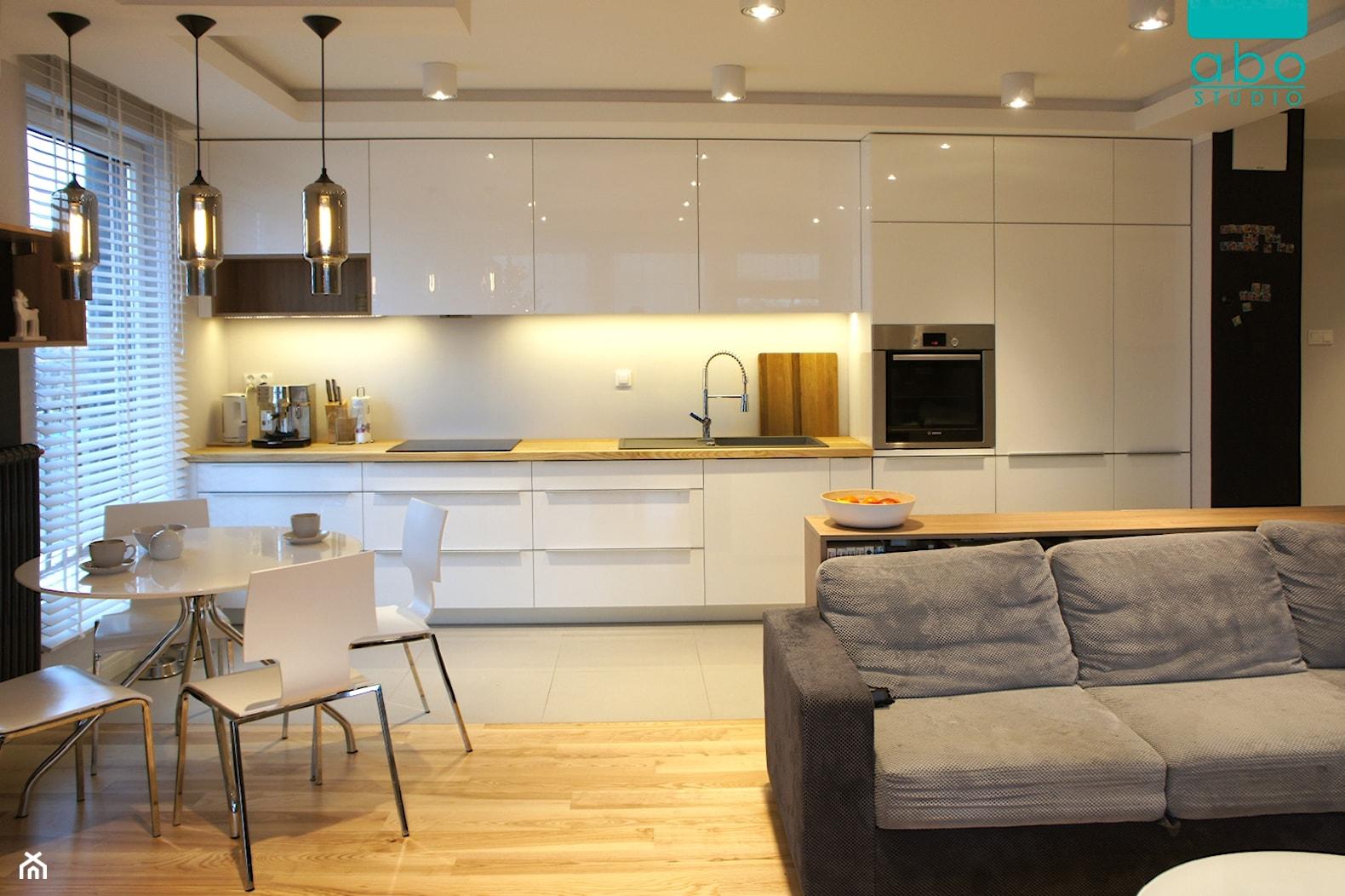 apartament 2+2 - Średnia otwarta beżowa kuchnia jednorzędowa w aneksie, styl nowoczesny - zdjęcie od abostudio - Homebook