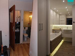 ŁAZIENKA W BLOKU Z WIELKIEJ PŁYTY PŁOCK - Mała biała beżowa łazienka w bloku bez okna, styl nowoczesny - zdjęcie od abostudio
