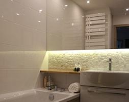 ŁAZIENKA W BLOKU Z WIELKIEJ PŁYTY PŁOCK - Średnia biała łazienka w bloku bez okna, styl nowoczesny - zdjęcie od abostudio