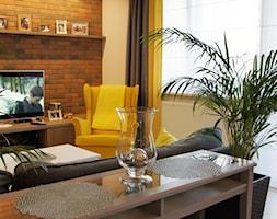 dom szeregowy - Płock - Mały biały beżowy kolorowy salon z bibiloteczką, styl nowojorski - zdjęcie od abostudio