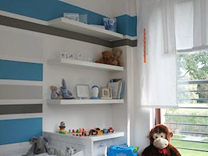 POKÓJ DZIECIECY 1 - Średni biały szary beżowy niebieski pokój dziecka dla chłopca dla malucha, styl minimalistyczny - zdjęcie od abostudio