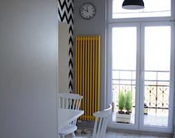 Mieszkanie z żółtymi akcentami - Jadalnia, styl industrialny - zdjęcie od studio BOMBE