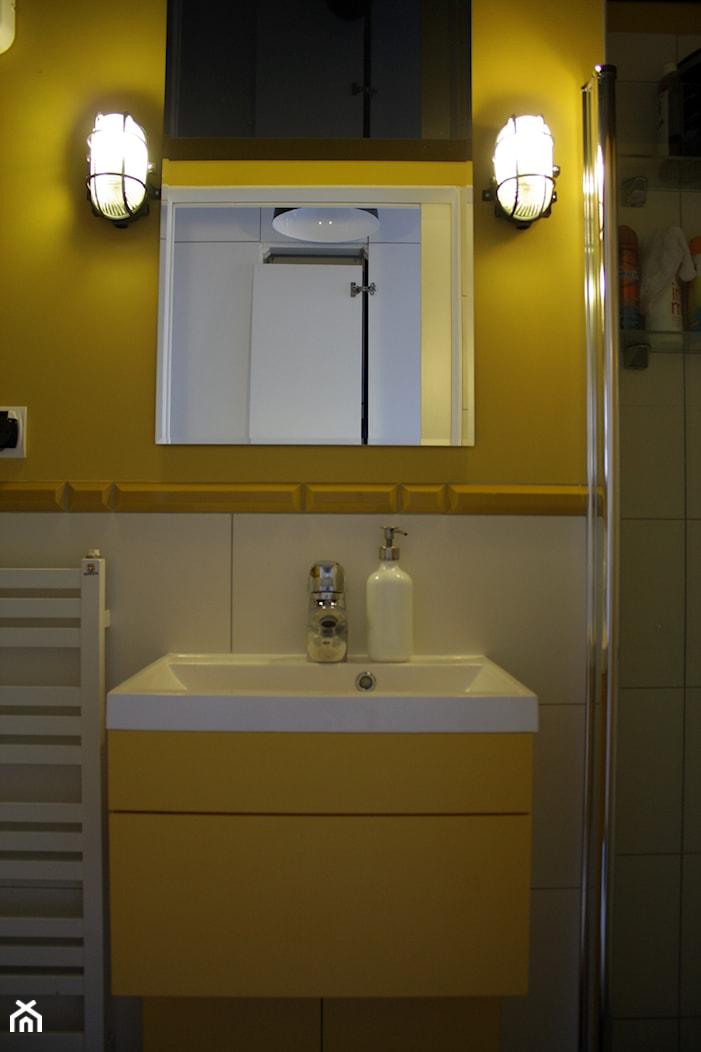 Mieszkanie z żółtymi akcentami - Mała biała żółta łazienka w bloku w domu jednorodzinnym bez okna, styl industrialny - zdjęcie od studio BOMBE - Homebook