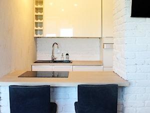 Mieszkanie na wynajem - Mała otwarta biała kuchnia dwurzędowa, styl skandynawski - zdjęcie od mamplan