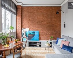 Małe mieszkanie z antresolą - Średni biały brązowy salon z jadalnią, styl eklektyczny - zdjęcie od Monika Pniewska Projekty Wnętrz