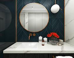 Paryskie Art Deco w Warszawie - Mała niebieska szara łazienka w bloku w domu jednorodzinnym bez okna - zdjęcie od Monika Pniewska Projekty Wnętrz