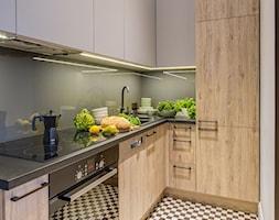 Małe mieszkanie z antresolą - Mała zamknięta szara kuchnia w kształcie litery l, styl eklektyczny - zdjęcie od Monika Pniewska Projekty Wnętrz