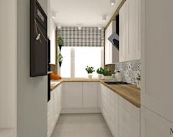 Salon w stylu rustykalnym - Mała zamknięta wąska biała kuchnia w kształcie litery u z oknem, styl prowansalski - zdjęcie od mj-atelier.com