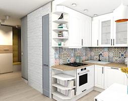 32m2 - Mała otwarta biała kuchnia w kształcie litery l w aneksie, styl prowansalski - zdjęcie od mj-atelier.com