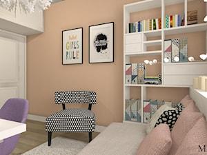 Pokój Eli - Mały szary pomarańczowy pokój dziecka dla chłopca dla dziewczynki dla ucznia dla nastolatka, styl prowansalski - zdjęcie od mj-atelier.com