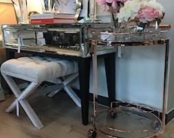 Sklep w Gdyni - Mały biały salon, styl nowojorski - zdjęcie od MODERN CLASSIC HOME - Homebook