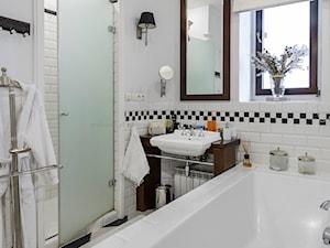 SHOWROOM MODERN CLASSIC HOME - wyposażenie wnętrz. - Średnia biała łazienka w bloku w domu jednorodzinnym z oknem, styl nowojorski - zdjęcie od MODERN CLASSIC HOME