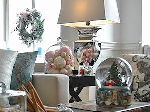 MODERN CLASSIC CHRISTMAS - Mały szary biały salon, styl klasyczny - zdjęcie od MODERN CLASSIC HOME