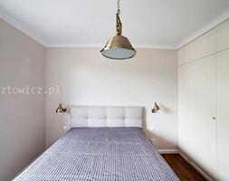 Home Faktor - Mała beżowa sypialnia małżeńska, styl nowoczesny - zdjęcie od Artur Rusztowicz