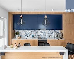 NOWOCZESNY APARTAMENT Z TAPICEROWANYM SIEDZISKIEM - Kuchnia, styl nowoczesny - zdjęcie od magma pracownia wnętrz