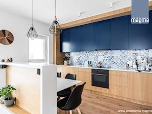 NOWOCZESNY APARTAMENT Z TAPICEROWANYM SIEDZISKIEM - Średnia otwarta biała kolorowa kuchnia jednorzędowa w aneksie z oknem, styl nowoczesny - zdjęcie od magma pracownia wnętrz