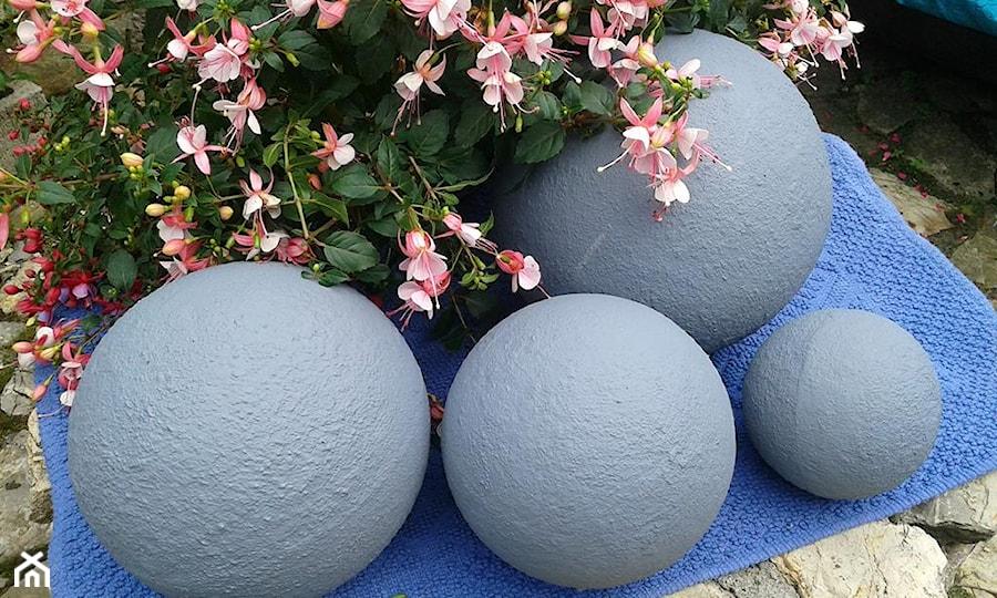Aranżacje wnętrz - Ogród: Dekoracje i ozdoby do ogrodu z betonu-Kobea Ogrody i Bruki - Ogród - Ewa Tyrna. Przeglądaj, dodawaj i zapisuj najlepsze zdjęcia, pomysły i inspiracje designerskie. W bazie mamy już prawie milion fotografii!