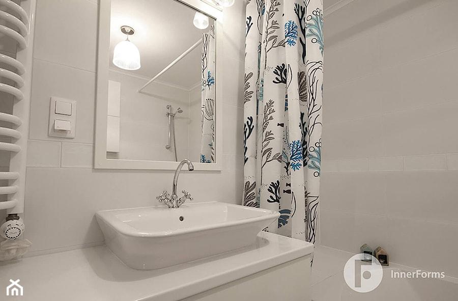 Mieszkanie w Krakowie - Mała biała łazienka w bloku w domu jednorodzinnym bez okna, styl tradycyjny - zdjęcie od InnerForms