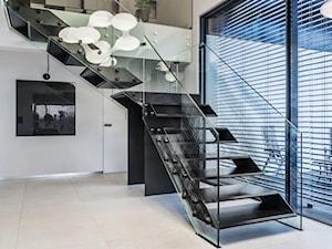 Schody nowoczesne z konstrukcją szklaną