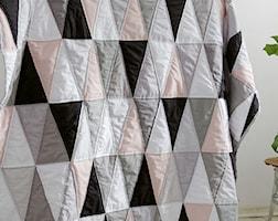 narzuta patchwork linia geometryczna trójkąty z pudrowym różem - zdjęcie od dom artystyczny
